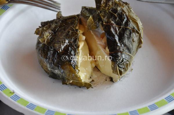 Camembert la grătar în frunză de viță de vie