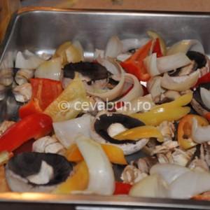 Puneți legumele tăiate mare în tavă