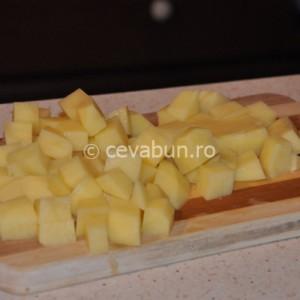 Tăiați cartofii cuburi