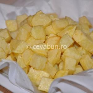 Scoateți cartofii la scurs pe un șervet de hârtie