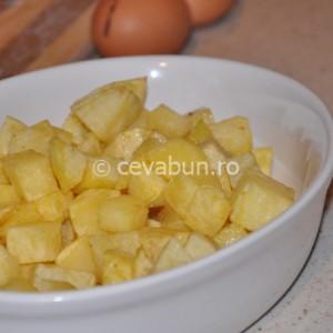 Așezați cartofii prăjiți într-un vas termorezistent