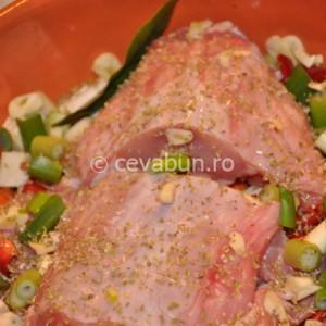 Puneţi carnea, legumele şi condimentele într-o tavă