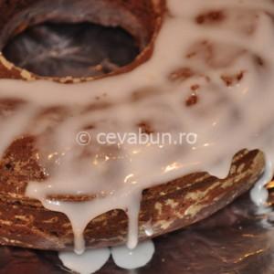 Glazuraţi prăjitura cu icing