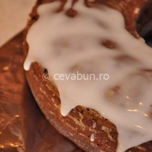 Întindeţi icingul peste suprafaţa prăjiturii
