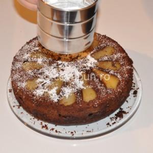 Pudraţi tarta cu zahăr pudră vanilat