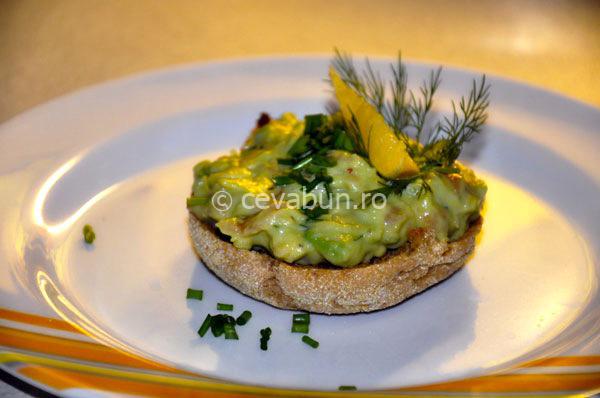 Salată de avocado cu somon afumat