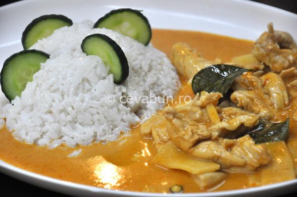 Curry roşu de pui cu muguri de bambus