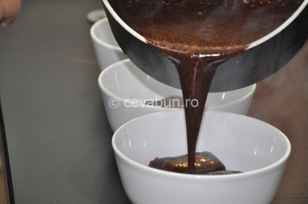 Turnaţi sosul de ciocolată peste negresă