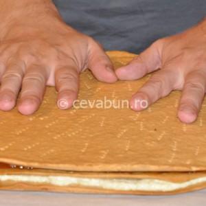 Presaţi bine foile pentru a întinde straturile de cremă şi gem
