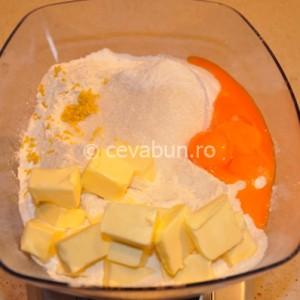 Faceţi un aluat din făină, praf de copt, gălbenuşurile de ou, unt şi zahăr