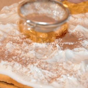 Întindeţi glazura peste prăjitură
