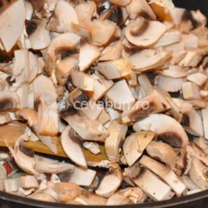 Adăugaţi ciupercile