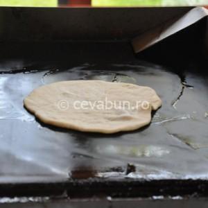 Coaceţi pita pe plita unsă cu ulei