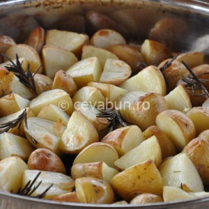 Serviţi mielul cu garnitură de cartofi cu rozmarin şi usturoi