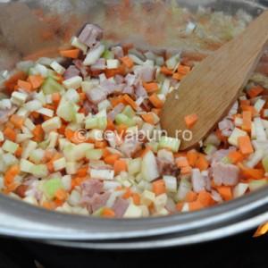 Adăugaţi restul legumelor