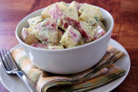 Articole culinare : Salată de cartofi noi cu iaurt si hrean