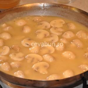 Faceţi un sos din unt, făină, supa de peşte, vin şi ciuperci