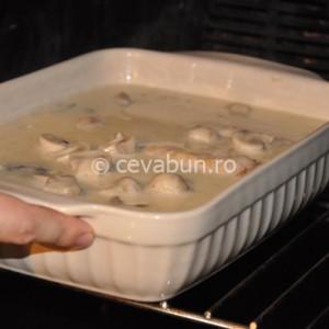 Introduceţi tava la cuptor pentru 20 de minute