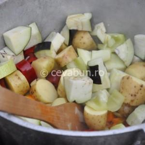 Adăugaţi dovleceii, vinetele, cartofii şi ardeii