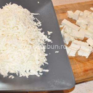 Răzuiţi jumătate din brânză şi restul tăiaţi-o cubuleţe
