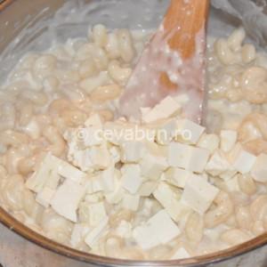 Amestecaţi pastele fierte cu sosul d ebrânză şi cuburile rămase