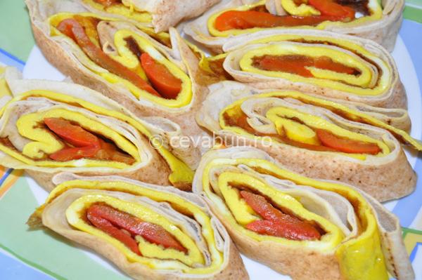 Articole culinare : Rulouri cu omletă şi ardei copt