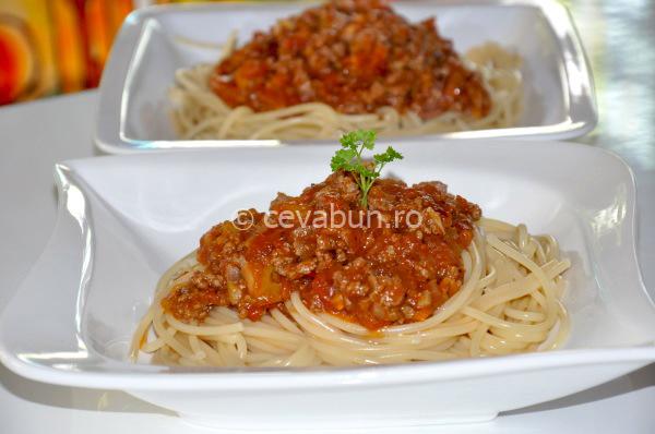 Articole culinare : Spaghetti cu ragú de miel