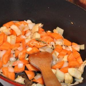 Adăugaţi şi rumeniţi legumele