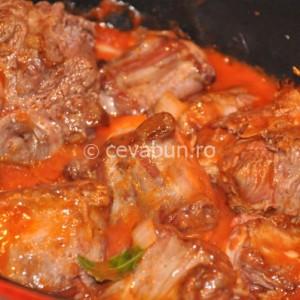 Adăugaţi roşiile, supa de vită, oţetul, zahărul, dafinul şi cimbrul