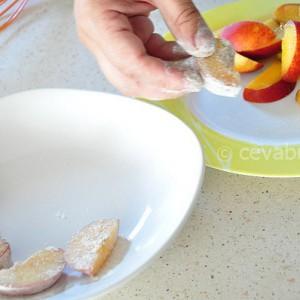 Tăiaţi fructele şi treceţi-le prin făină