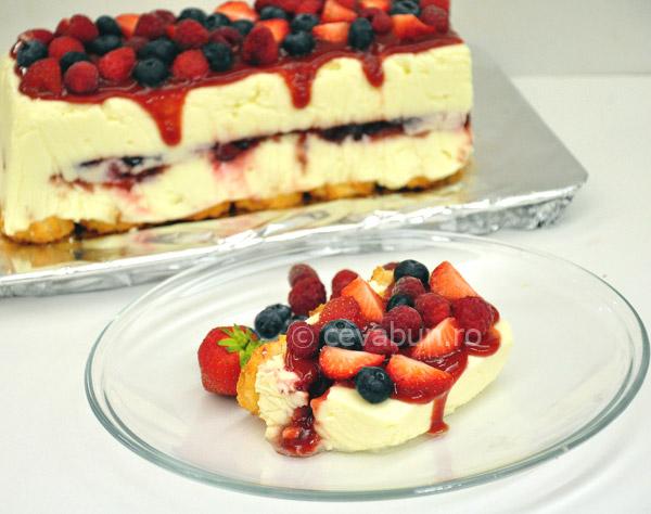 Cheesecake cu ciocolată albă şi fructe de pădure
