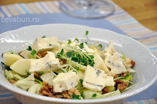 Salată cu gorgonzola, nucă şi pară