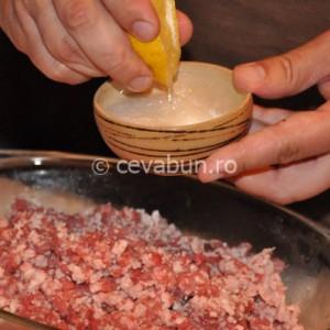 Stoarceți zeama de lămâie