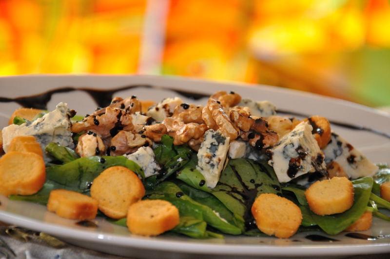 Salată cu frunze de spanac, gorgonzola și nucă